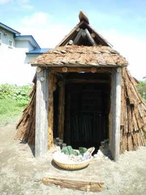 竪穴式住居正面